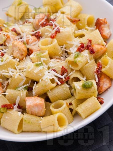 Паста тубети (макарони) със сьомга, босилеково песто, мариновани сушени домати и сирене пармезан - снимка на рецептата